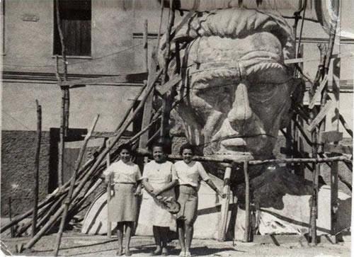 Cabeça da estátua sendo construída