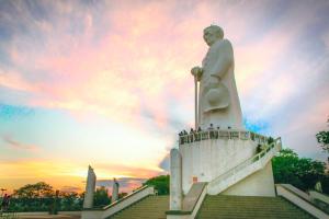 Estátua do Padre Cícero. Fonte: http://diariodonordeste.verdesmares.com.br/suplementos/cariri-regional/concurso-de-fotografia-revela-e-valoriza-novos-talentos-1.958220
